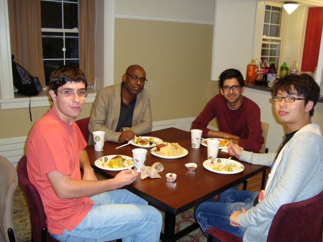 Students eating dinner at Physics 100 First-Year Seminar
